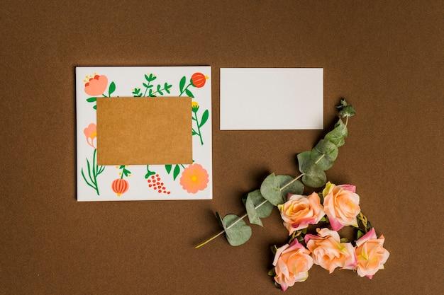 Decoración floral con hojas de papel y cartón Foto gratis