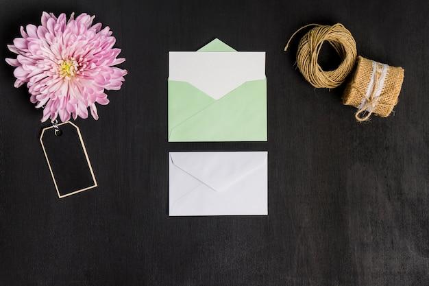 Decoración floral con hojas de papel y sobre Foto gratis
