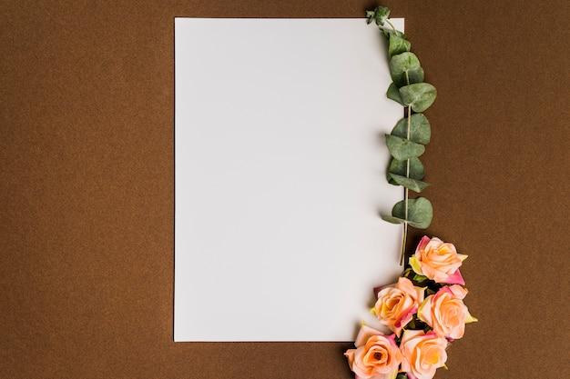 Decoración floral con papel y hojas Foto gratis