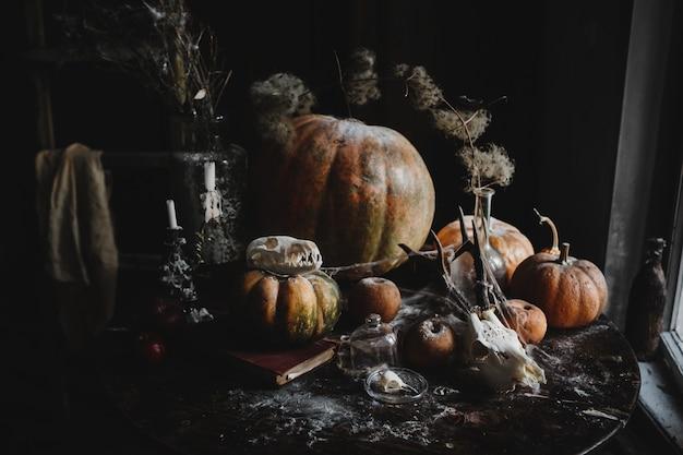 Decoracion de halloween fondo de pantalla de 4k. calabazas viejas, granadas, manzanas. Foto gratis