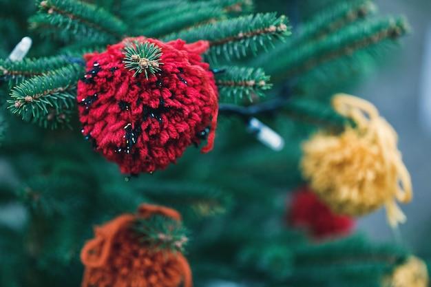 Decoración de hilo de bricolaje en un árbol de navidad Foto Premium