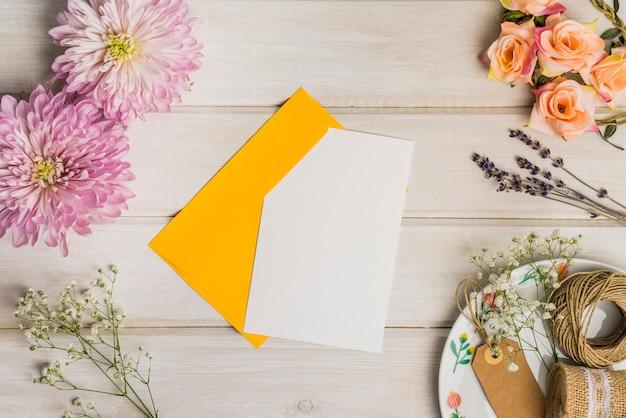 Decoración linda con postal y sobre Foto gratis