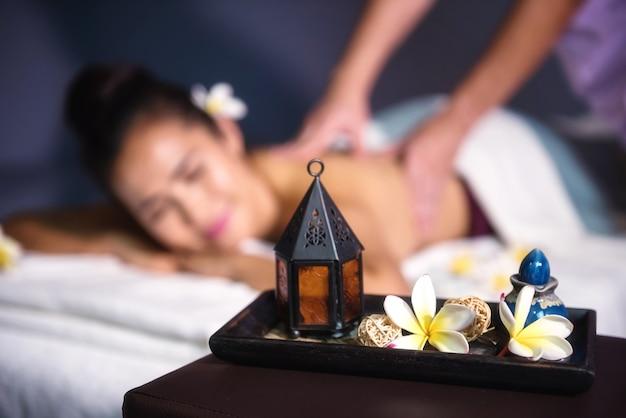 Decoración de masaje tailandés con gente borrosa Foto Premium