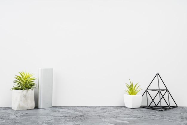 Decoración minimalista del escritorio de oficina de la vista frontal Foto gratis