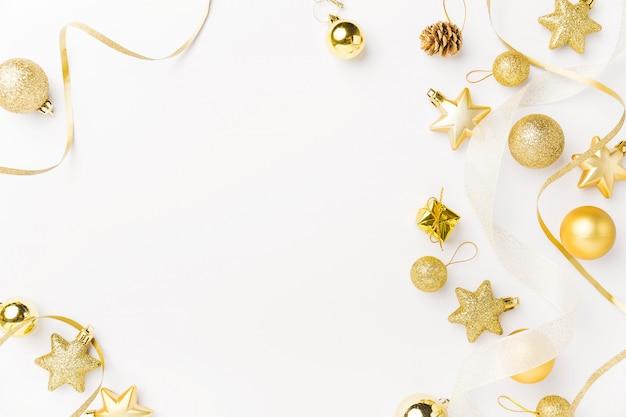 Decoración navideña dorada sobre blanco. Foto gratis