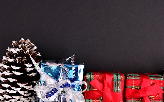 Decoración navideña con fondo negro. Foto Premium