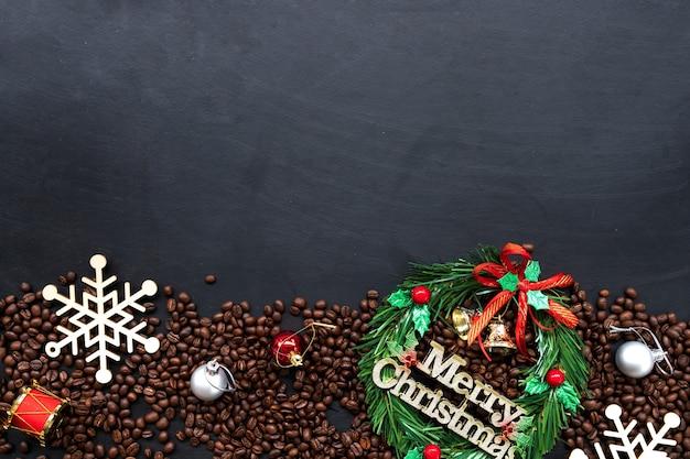 Decoración navideña con granos de café. Foto Premium
