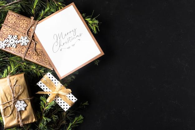 Decoración navideña con regalos envueltos y copia espacio Foto gratis