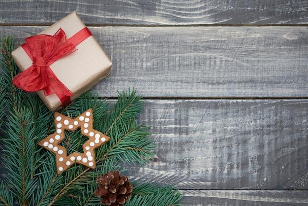 Decoración navideña en tablones de madera. Foto gratis
