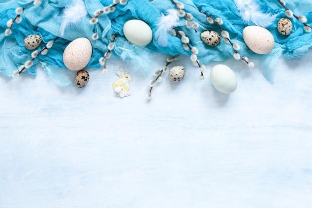 Decoración de pascua y huevos naturales y sauces. vista superior Foto Premium