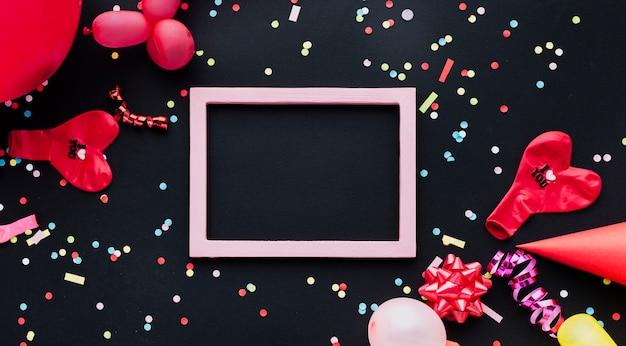 Decoración plana con globo rojo y marco Foto gratis