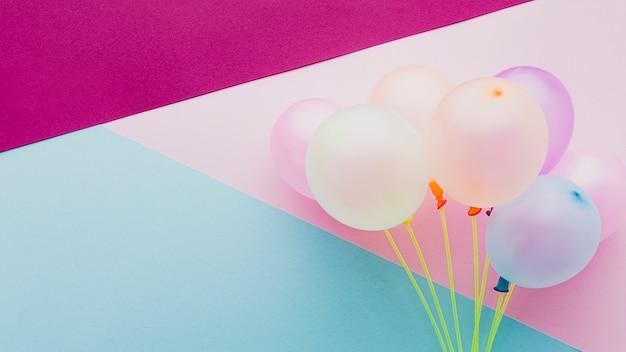 Decoración plana con globos y colores de fondo Foto gratis