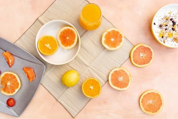 Decoración plana con rodajas de naranja y limón. Foto gratis