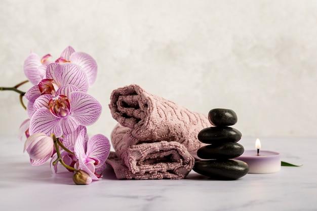 Decoración de spa con hermosas flores y piedras. Foto gratis