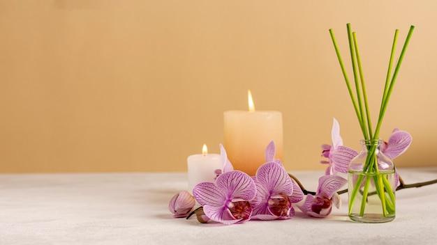Decoración de spa con velas y palitos perfumados Foto gratis