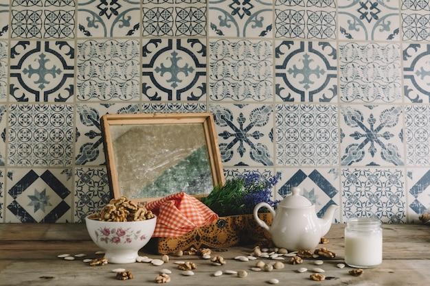 Decoración vintage con marco, nueces y tetera | Descargar Fotos gratis