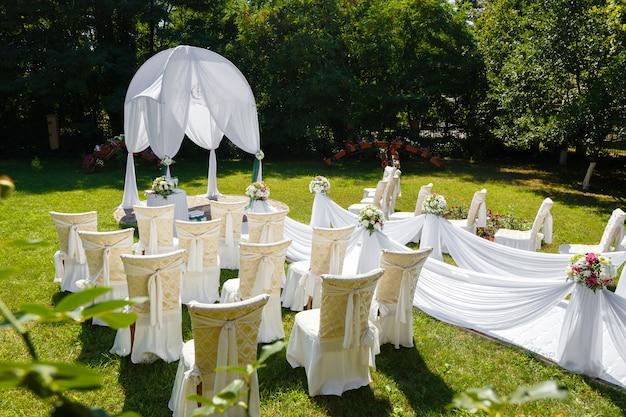 Decoraciones de la ceremonia de boda en el parque en un día soleado Foto Premium