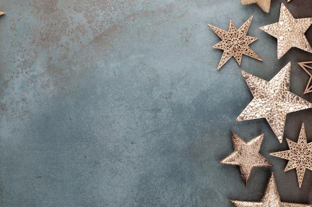 Decoraciones de estrellas de navidad sobre fondo gris Foto Premium