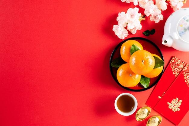 Decoraciones del festival de año nuevo chino sobre un fondo rojo. Foto Premium