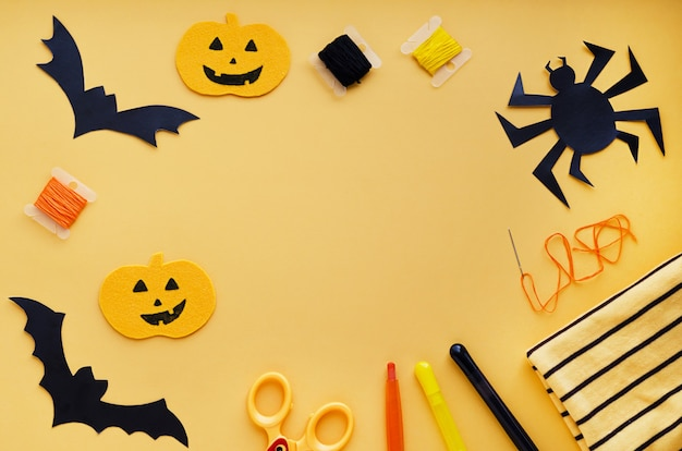 Decoraciones de halloween, artículos de costura que hacen manualidades textiles de calabaza, murciélagos negros hechos a mano, araña Foto Premium
