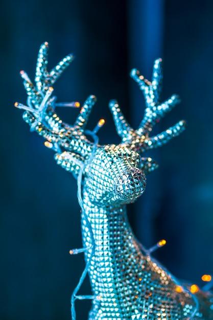 Decoraciones de navidad y año nuevo con ciervos plateados. Foto gratis