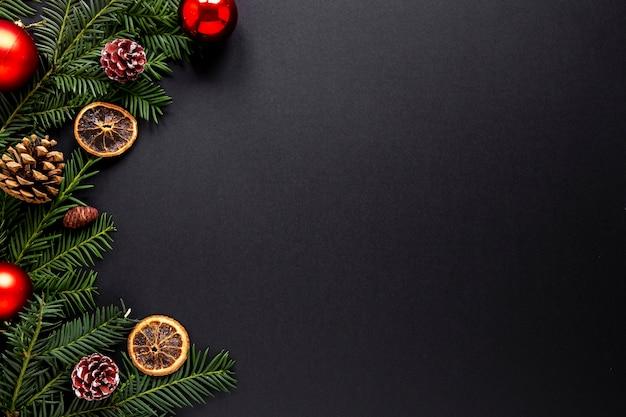 Decoraciones navideñas con espacio de copia Foto gratis