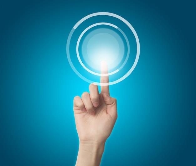 Dedo tocando un botón virtual Foto gratis