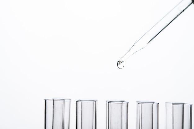 Deje caer el químico en el vaso Foto gratis