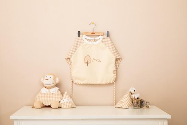 El delantal y los coles para bebés se lavan y se secan en las barras de la rejilla. Foto Premium