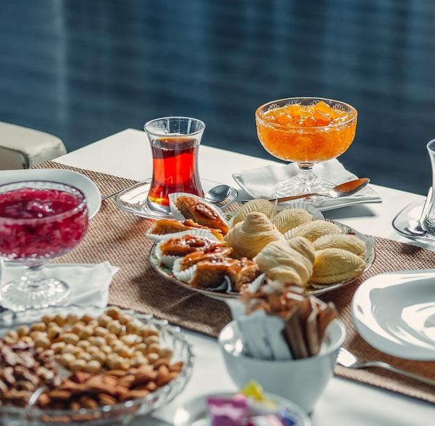 Delicias y té en la mesa Foto gratis