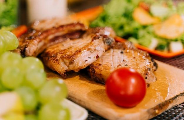 Deliciosa comida en el fondo borroso de tablero de madera Foto gratis