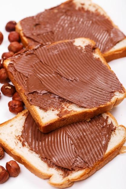 Deliciosa crema de chocolate sobre una tostada Foto gratis