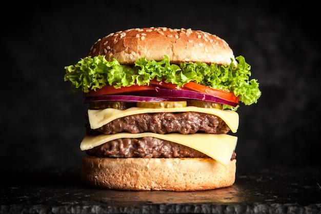 Deliciosa hamburguesa a la parrilla Foto Premium