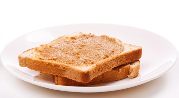 Deliciosa mantequilla de maní sobre la mesa Foto gratis