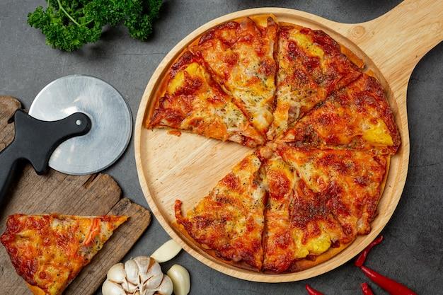 Deliciosa pizza hawaiana e ingredientes para cocinar. Foto gratis