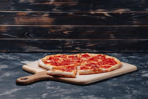 Deliciosa pizza napolitana de carne, pizzería y deliciosa comida. Foto gratis