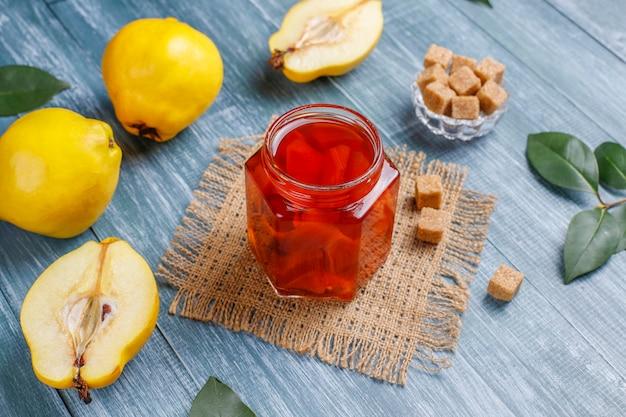Deliciosa y saludable mermelada casera de membrillo en vidrio, vista superior Foto gratis