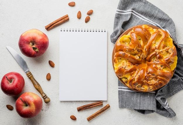 Deliciosa tarta de manzana con vista superior del bloc de notas Foto gratis