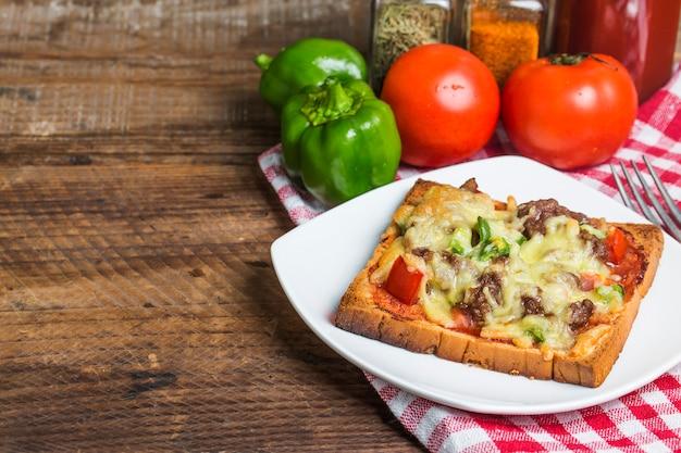 Deliciosa tostada con ternera y queso fundido Foto gratis