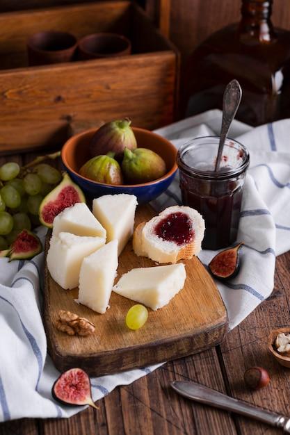 Deliciosa variedad de aperitivos en una mesa Foto gratis