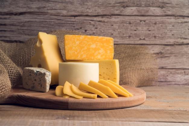 Deliciosa variedad orgánica de queso sobre la mesa Foto gratis