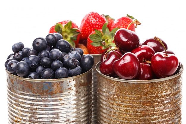 Deliciosas bayas en la mesa Foto gratis