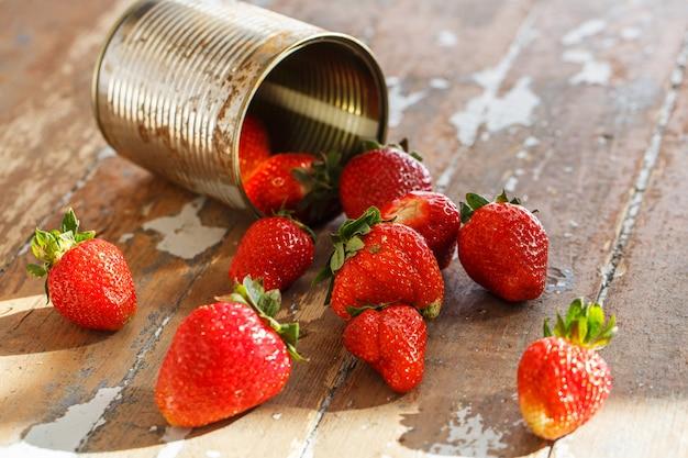 Deliciosas fresas en la mesa Foto gratis