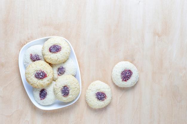 Deliciosas galletas de frambuesa caseras. Foto gratis