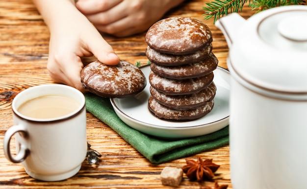Deliciosas galletas de jengibre con azúcar glas y chocolate para navidad. año nuevo Foto Premium