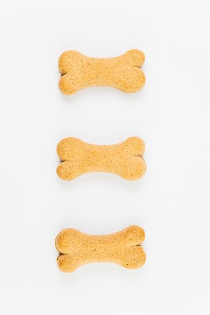 Deliciosas golosinas para perros sobre superficie blanca. Foto gratis