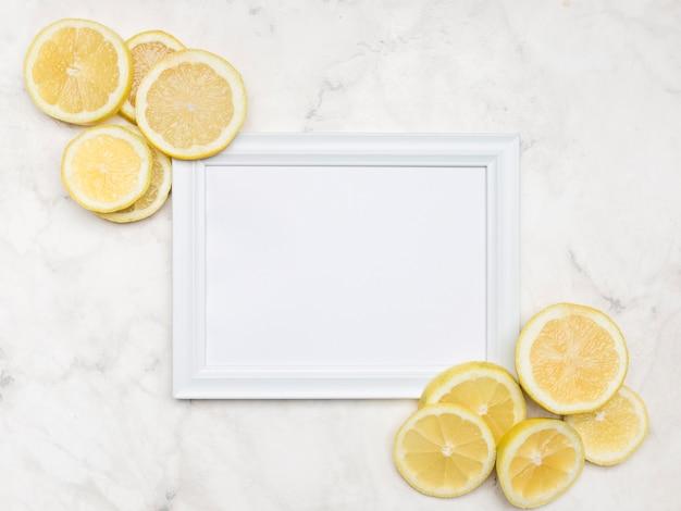 Deliciosas rodajas de limón con maqueta Foto gratis