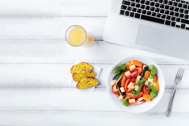Delicioso almuerzo en el escritorio de la oficina Foto gratis