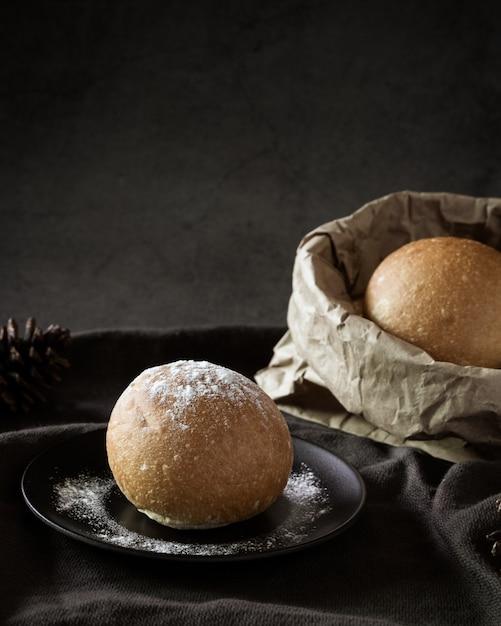 Delicioso bollo de pan recién horneado Foto gratis
