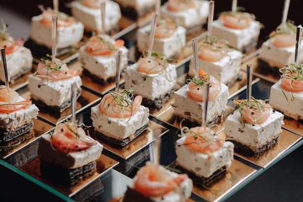 Delicioso buffet festivo con canapés y diferentes comidas deliciosas. Foto gratis